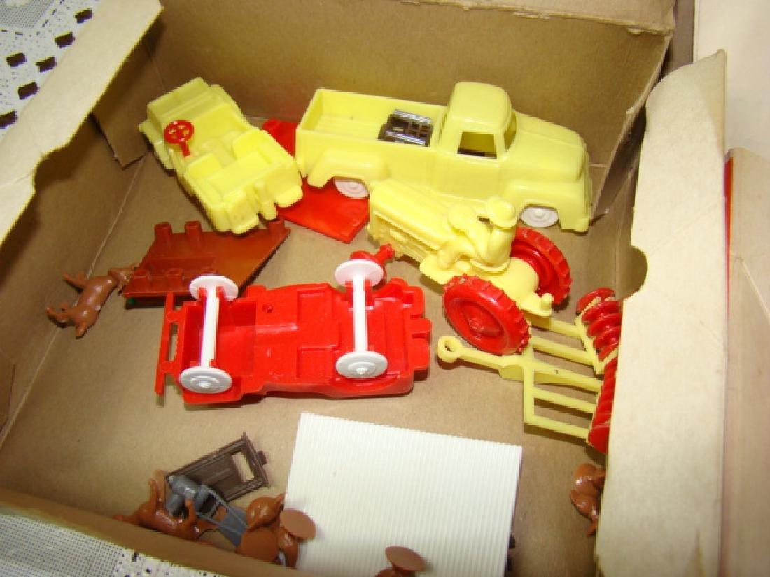 LIONEL ACCESSORIES FROM FARM & RANCH SETS - 5