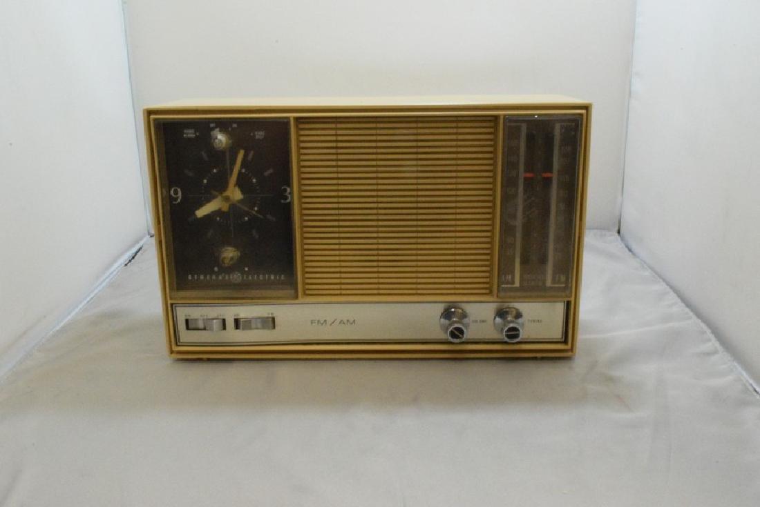 VINTAGE GENERAL ELECTRIC CLOCK RADIO