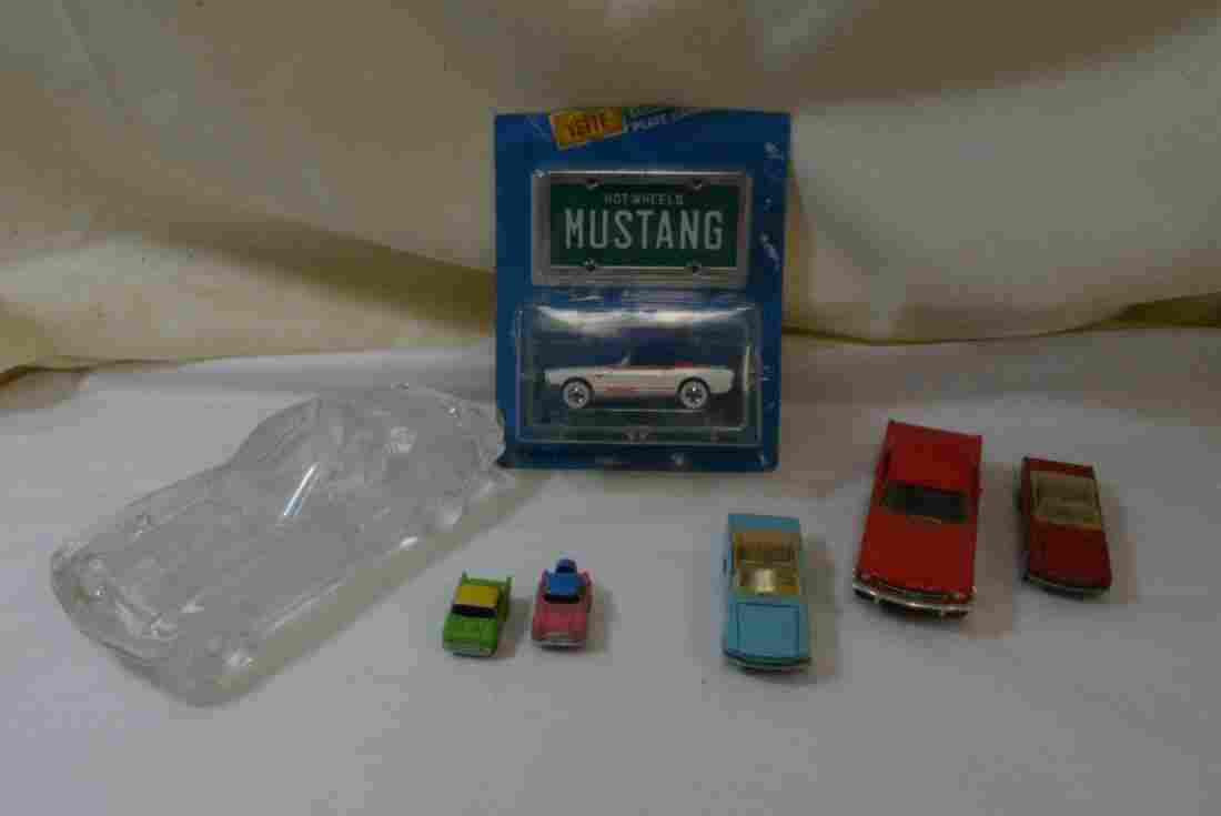TRAY WITH GLASS CAR PAPERWEIGHT - 4 HOT WHEELS AND