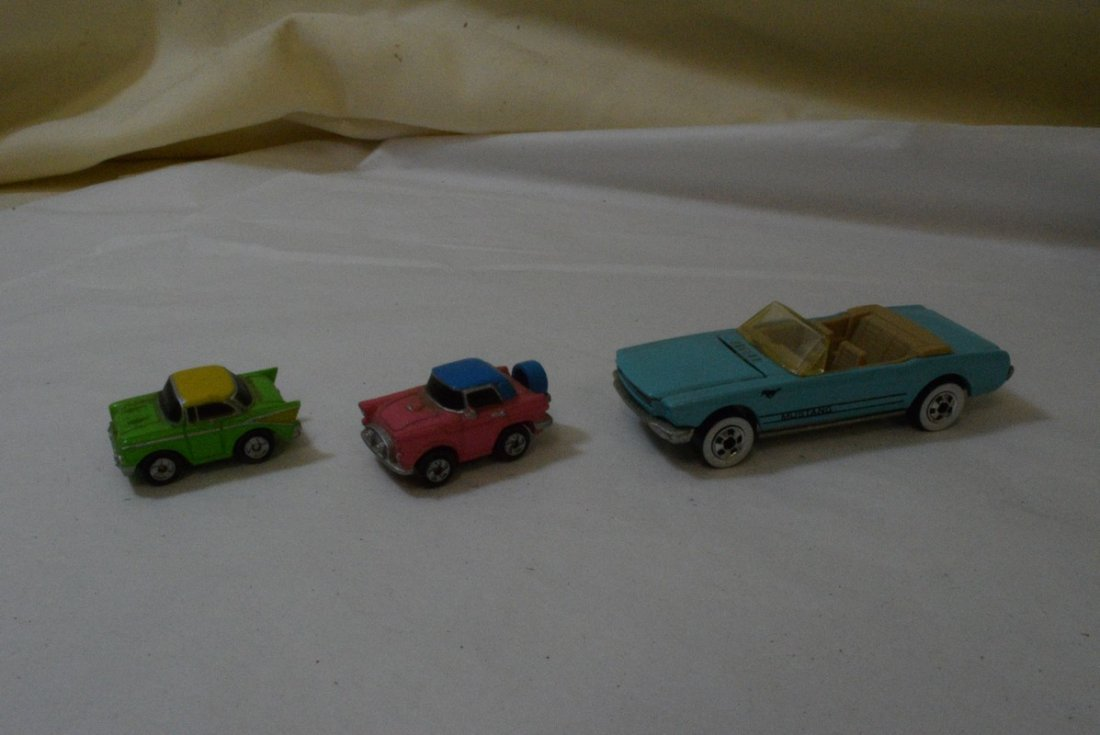 TRAY WITH GLASS CAR PAPERWEIGHT - 4 HOT WHEELS AND - 4