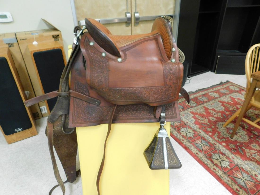 SADDLE WITH ENCLOSED STIRRUPS