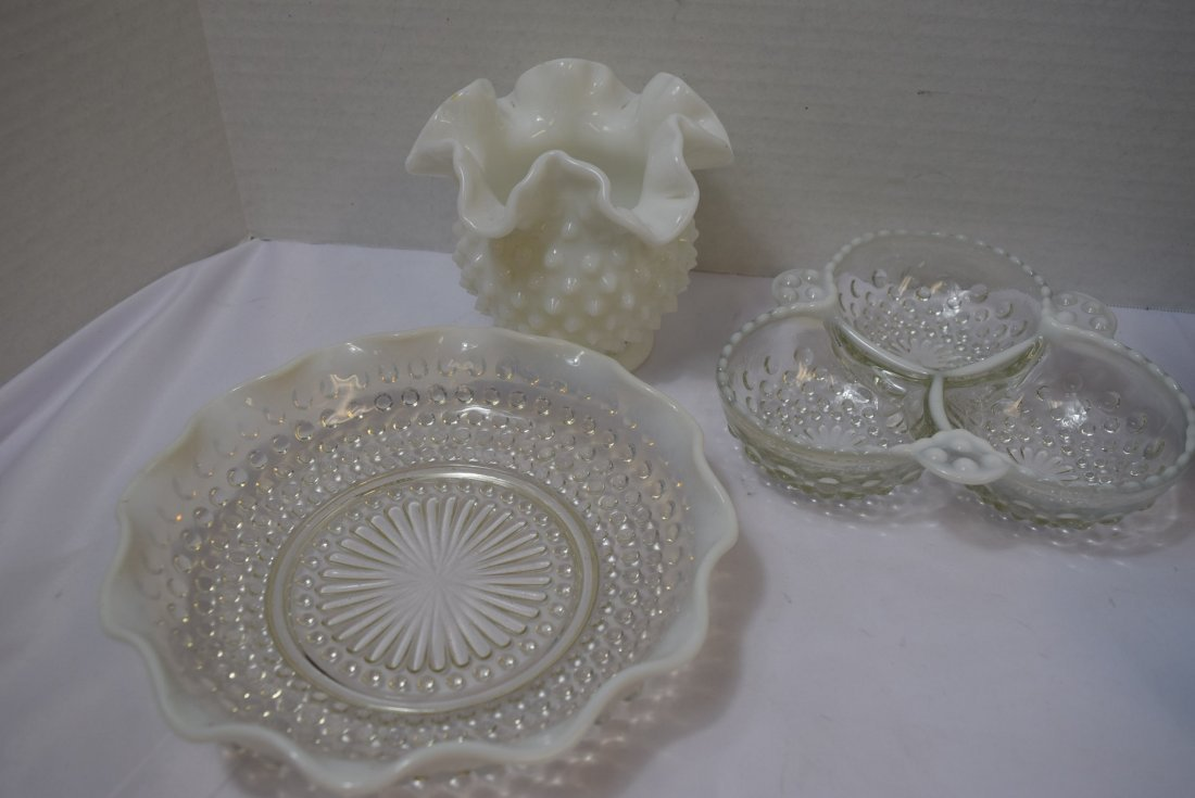 5 VARIOUS PIECES OF FENTON GLASSWARE - 3