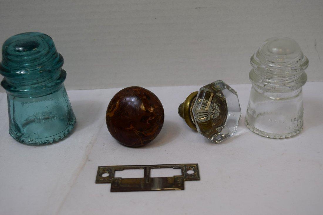 2 VINTAGE DOOR KNOBS & 2 GLASS HEMINGRAY INSULATOR