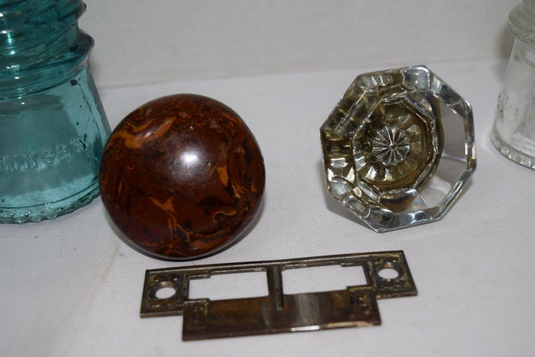 2 VINTAGE DOOR KNOBS & 2 GLASS HEMINGRAY INSULATOR - 2