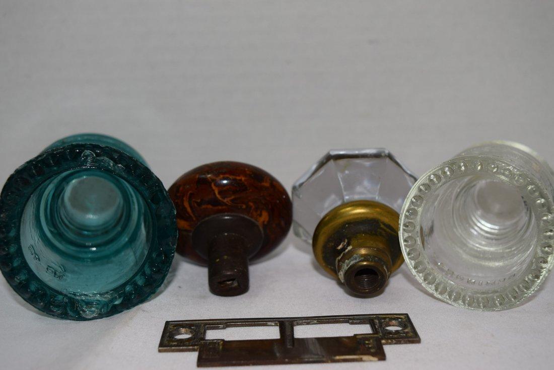 2 VINTAGE DOOR KNOBS & 2 GLASS HEMINGRAY INSULATOR - 5