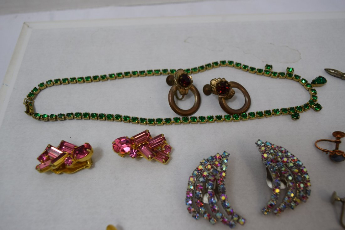 8 VINTAGE PAIR OF EARRINGS AND 2 NECKLACES - 4