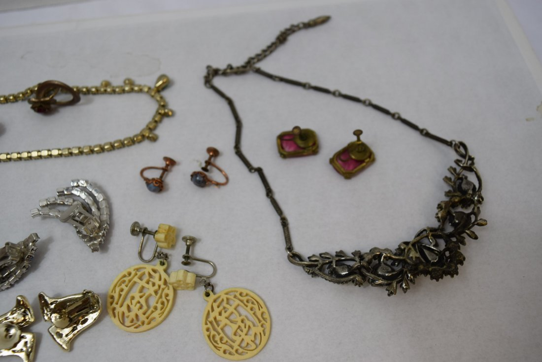 8 VINTAGE PAIR OF EARRINGS AND 2 NECKLACES - 5