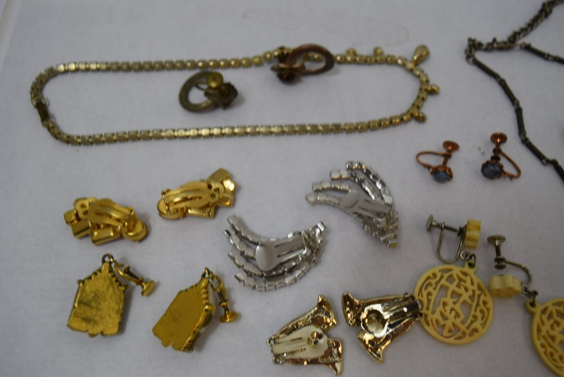 8 VINTAGE PAIR OF EARRINGS AND 2 NECKLACES - 6