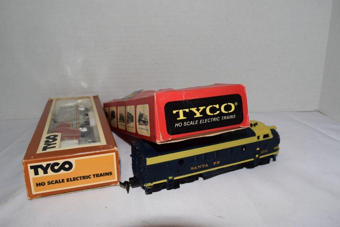 2 - STYLES OF TYCO SANTA FE 4015 LOCOMOTIVES - 5