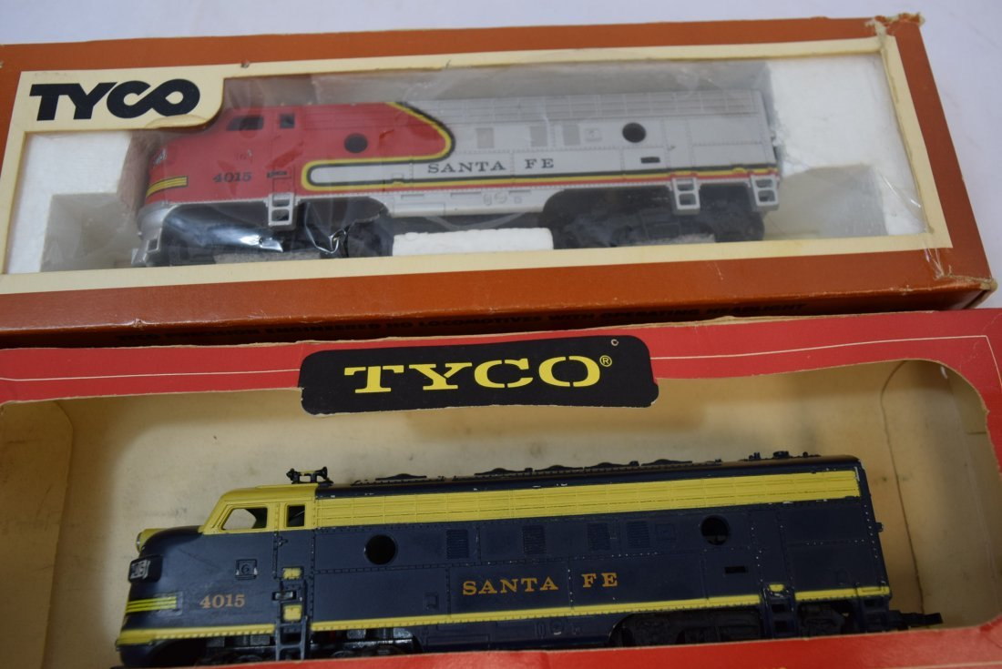 2 - STYLES OF TYCO SANTA FE 4015 LOCOMOTIVES - 6