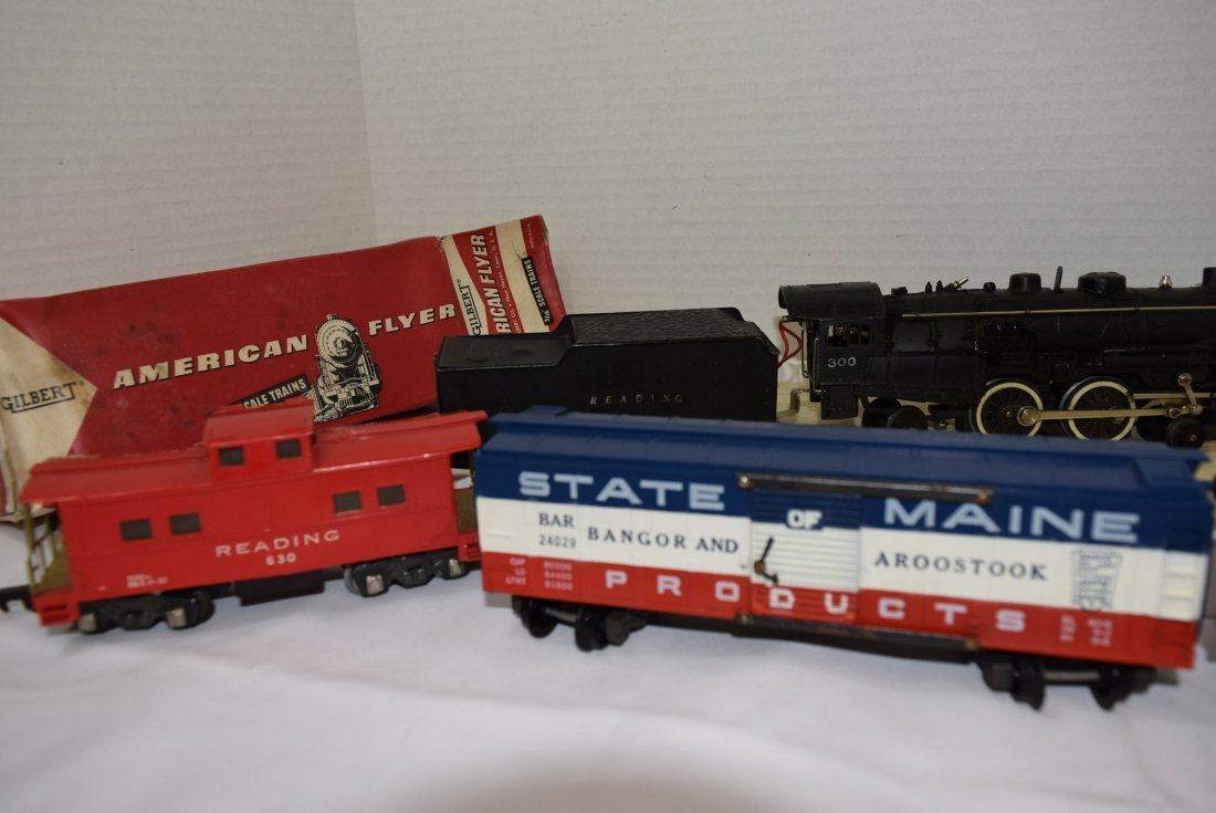AMERICAN FLYER LOCOMOTIVE TRAIN AND CARS - 3