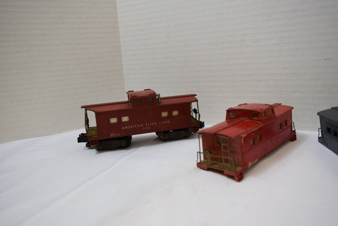 4 AMERICAN FLYER CABOOSES - 2