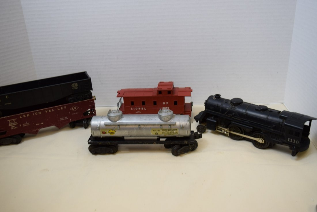LIONEL LOCOMOTIVE AND 4 ROLLING CARS
