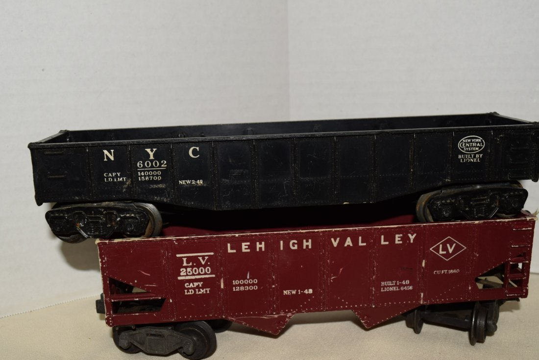 LIONEL LOCOMOTIVE AND 4 ROLLING CARS - 2