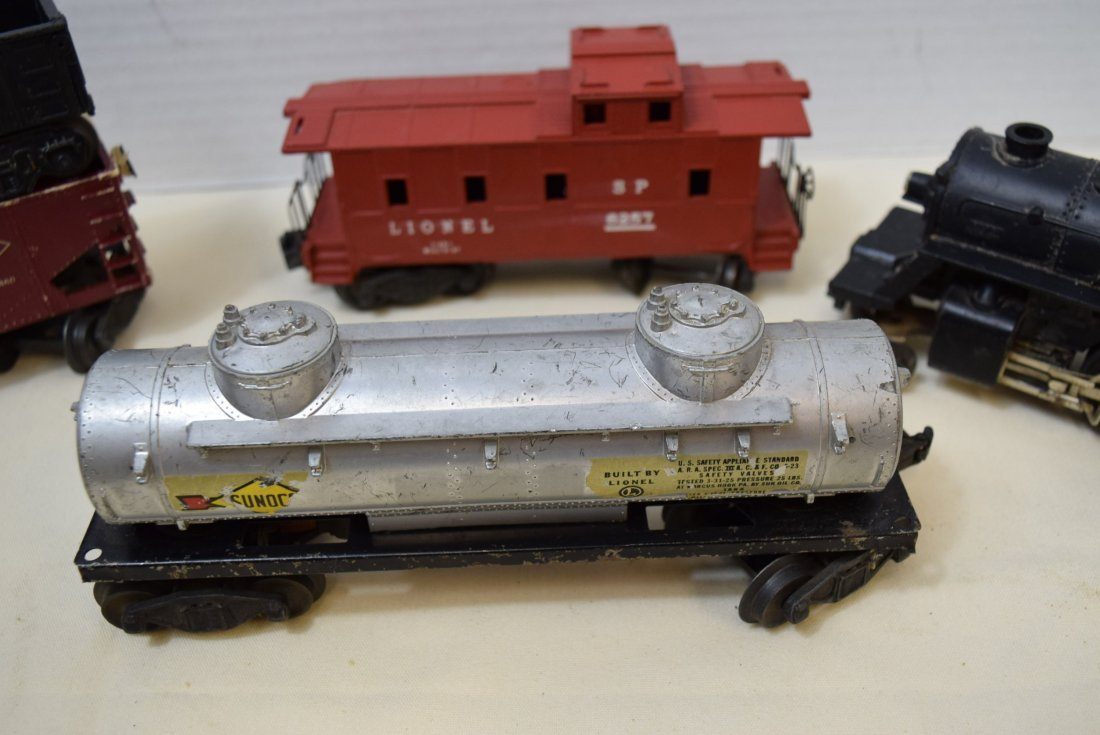 LIONEL LOCOMOTIVE AND 4 ROLLING CARS - 3