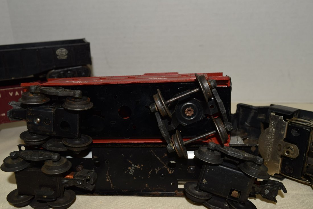 LIONEL LOCOMOTIVE AND 4 ROLLING CARS - 6