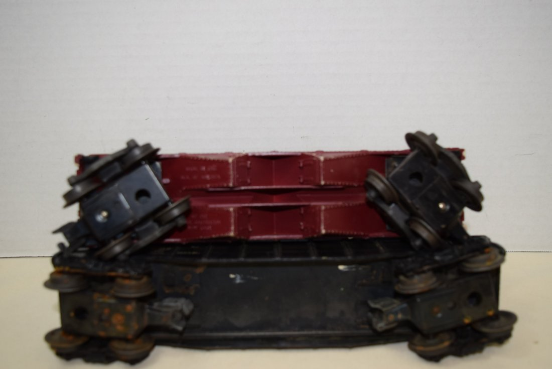 LIONEL LOCOMOTIVE AND 4 ROLLING CARS - 8