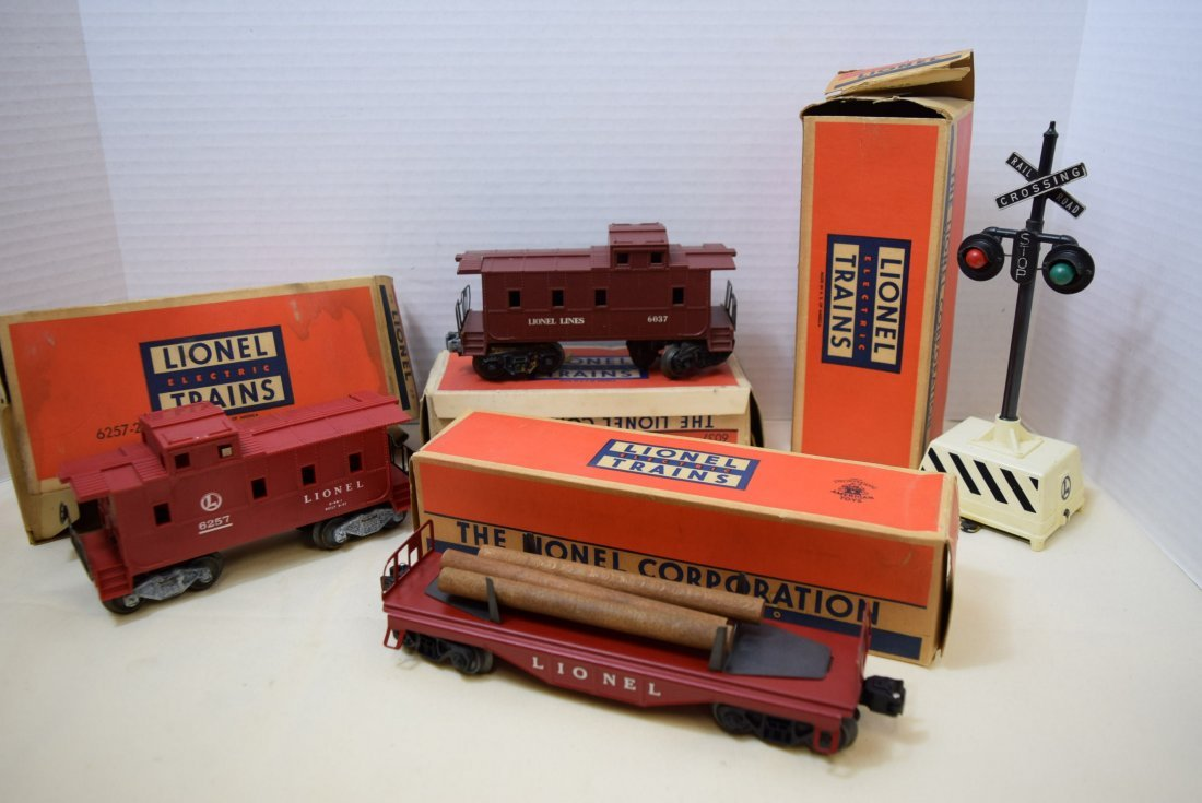 2 LIONEL CABOOSES; FLAT CAR AND RINGING HIGHWAY SI