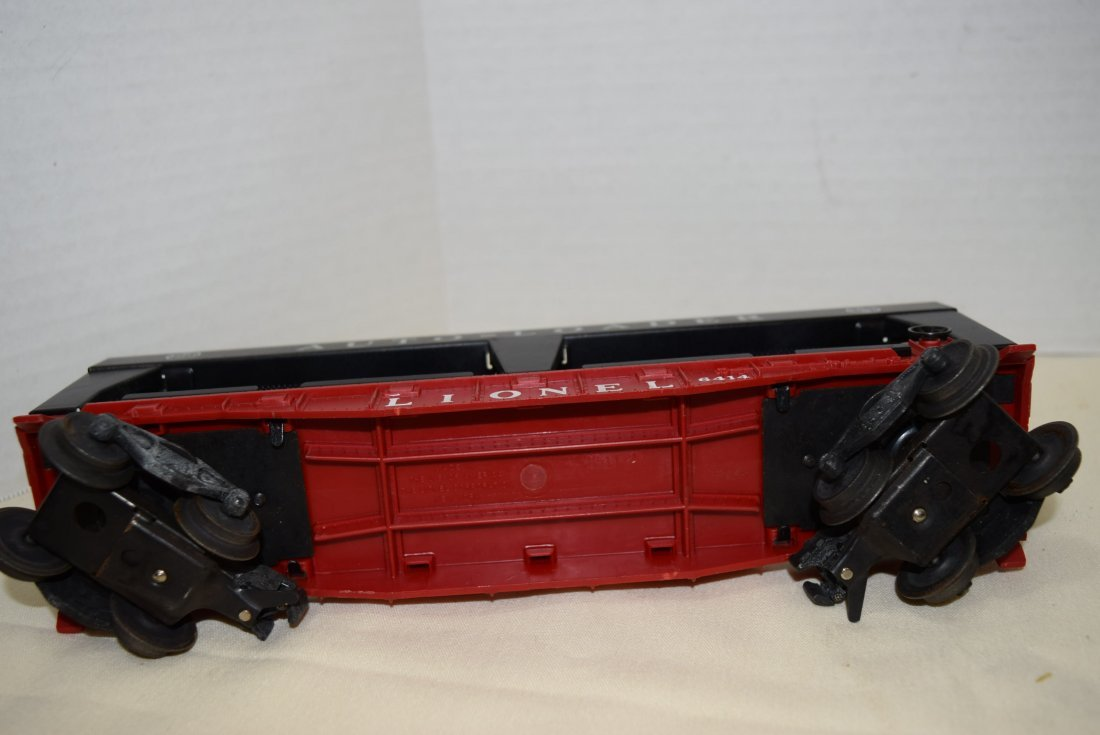 LIONEL LOCOMOTIVE AND 3 ROLLIING CARS - 10