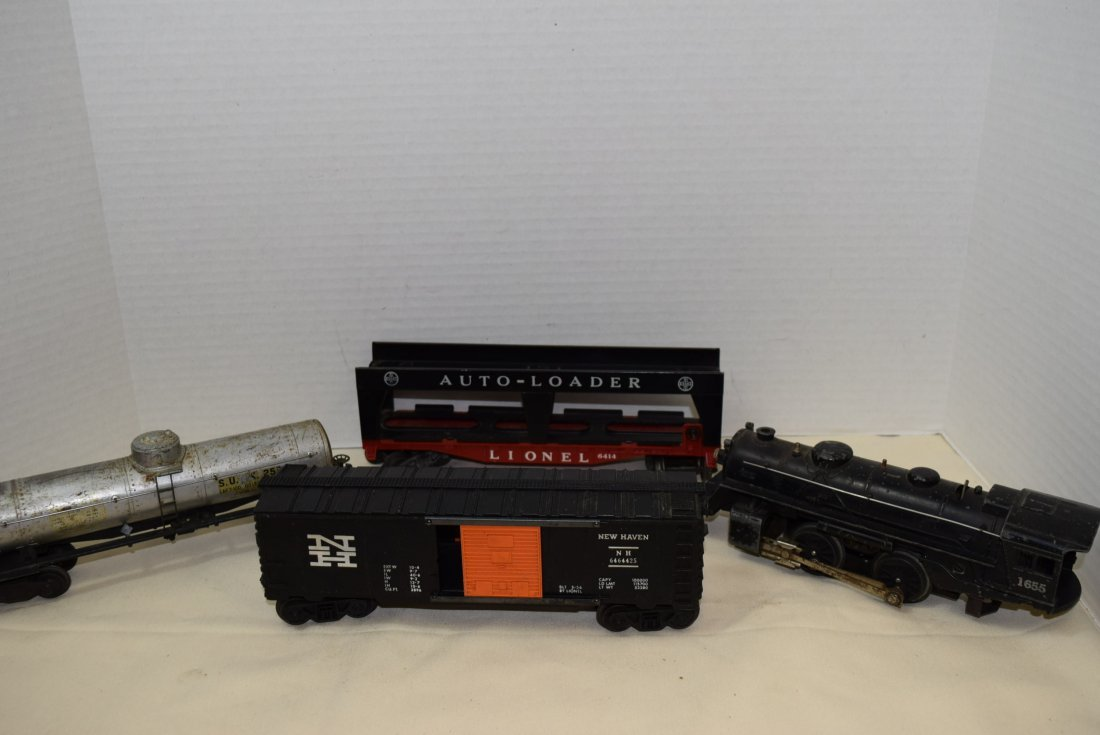 LIONEL LOCOMOTIVE AND 3 ROLLIING CARS