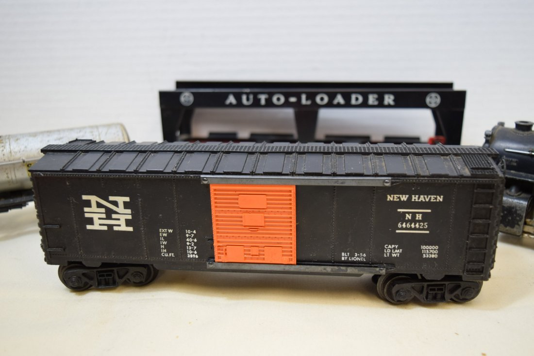 LIONEL LOCOMOTIVE AND 3 ROLLIING CARS - 2