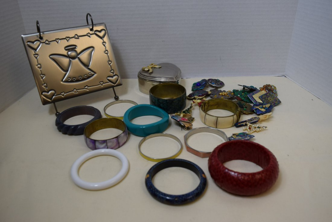 11 BANGLE BRACELETS AND 16 COSTUME BROOCHES