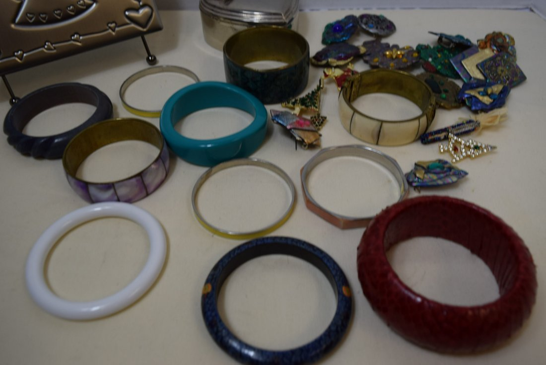 11 BANGLE BRACELETS AND 16 COSTUME BROOCHES - 3