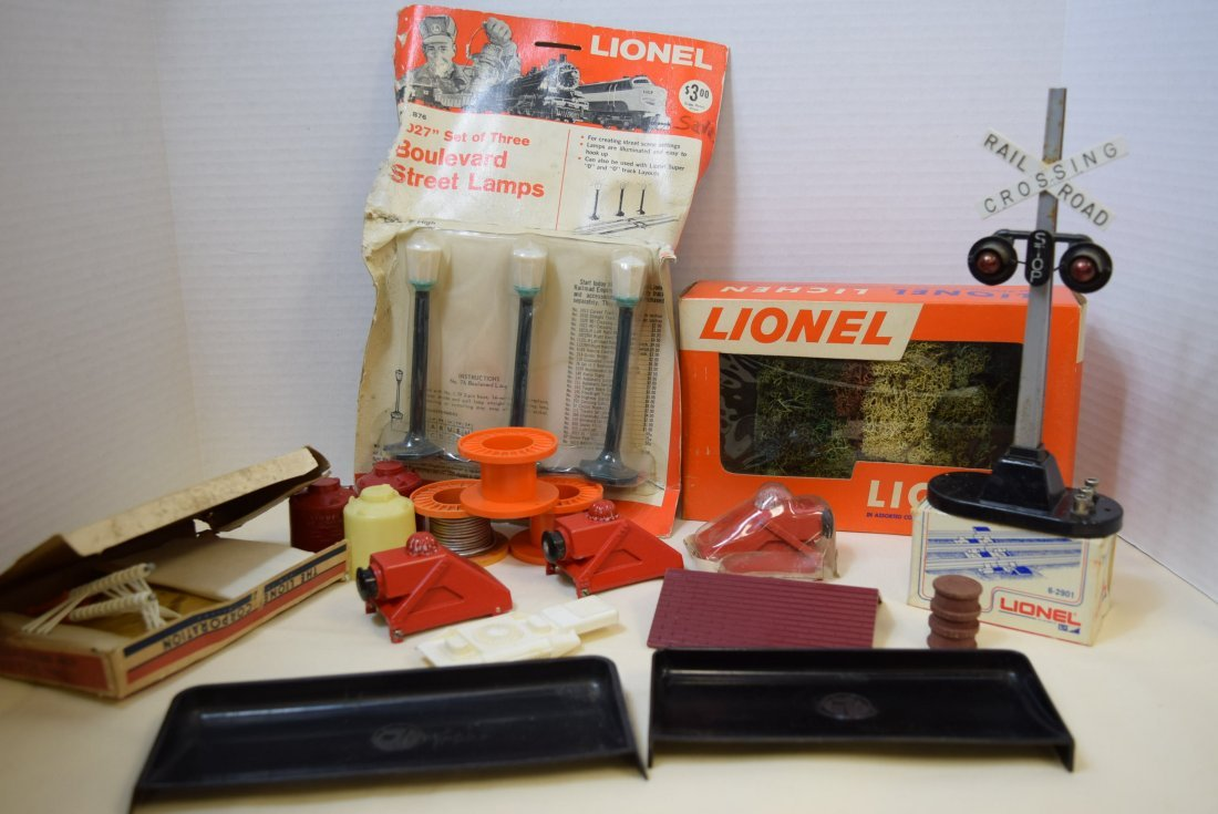 MIXED LOT OF LIONEL ACCESSORIES AND PARTS