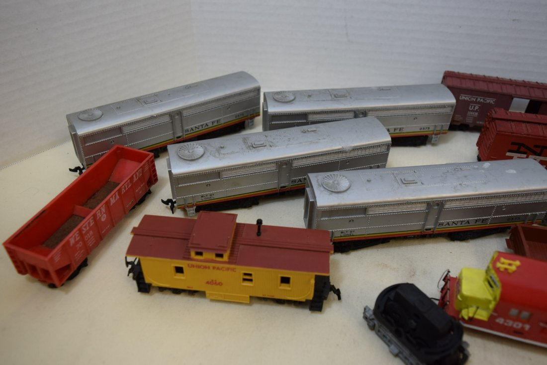 MIXED LOT HO SCALE LOCOMOTIVES AND MORE - 4