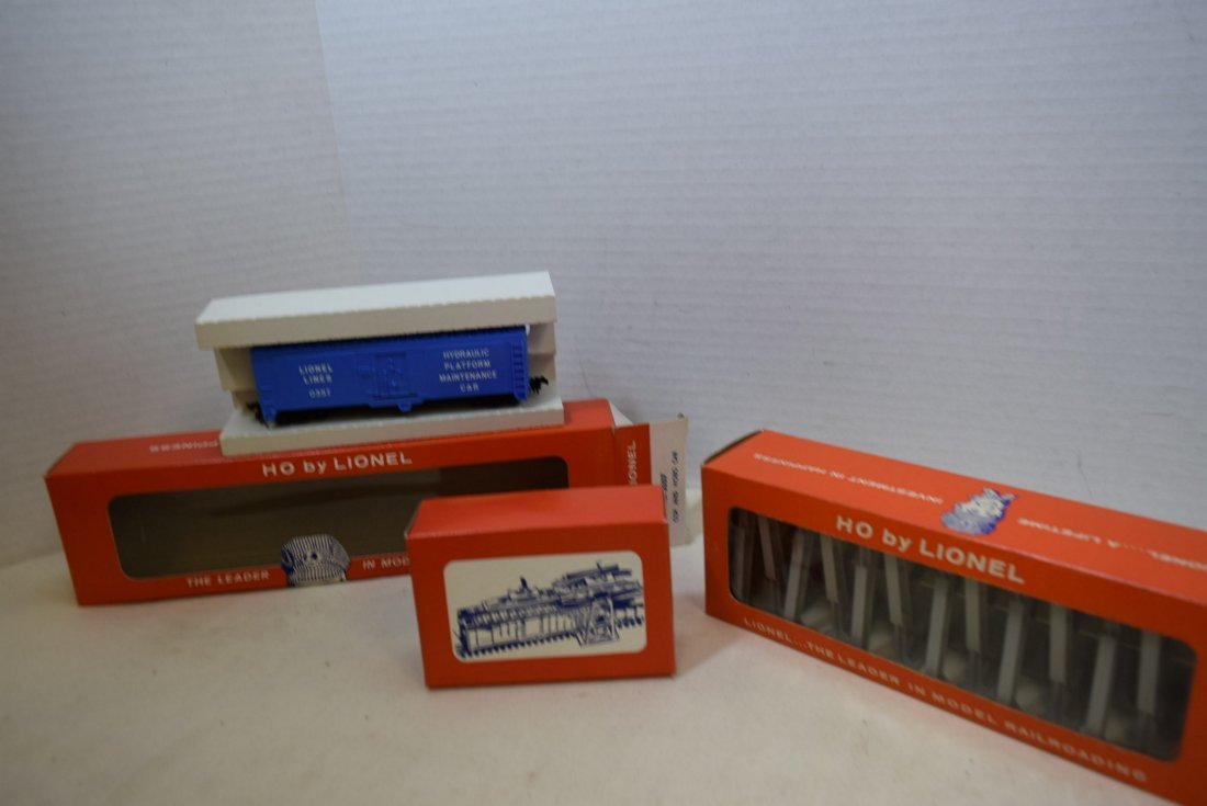 LIONEL HO SCALE TRAIN COP AND HOBO CAR & TRESTLE S - 2