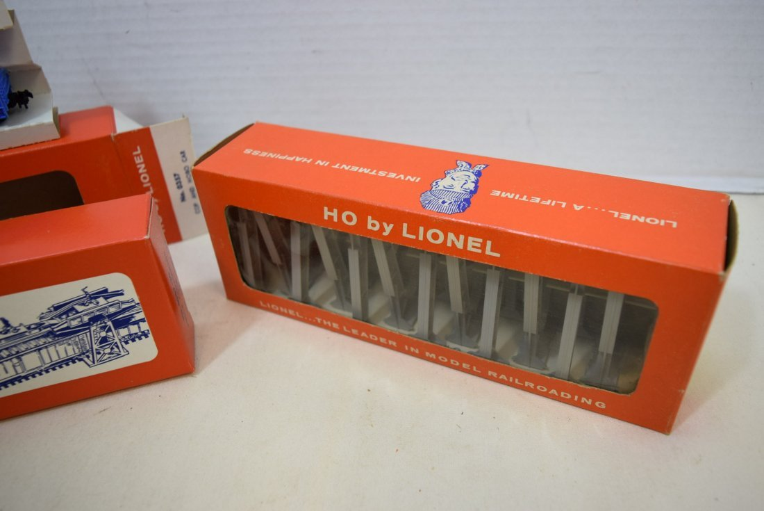LIONEL HO SCALE TRAIN COP AND HOBO CAR & TRESTLE S - 4