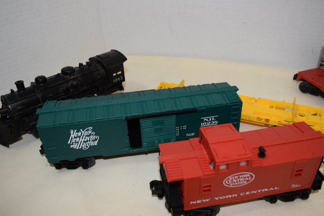 LIONEL LOCOMOTIVE 1062 & 5 TRAIN CARS - 4