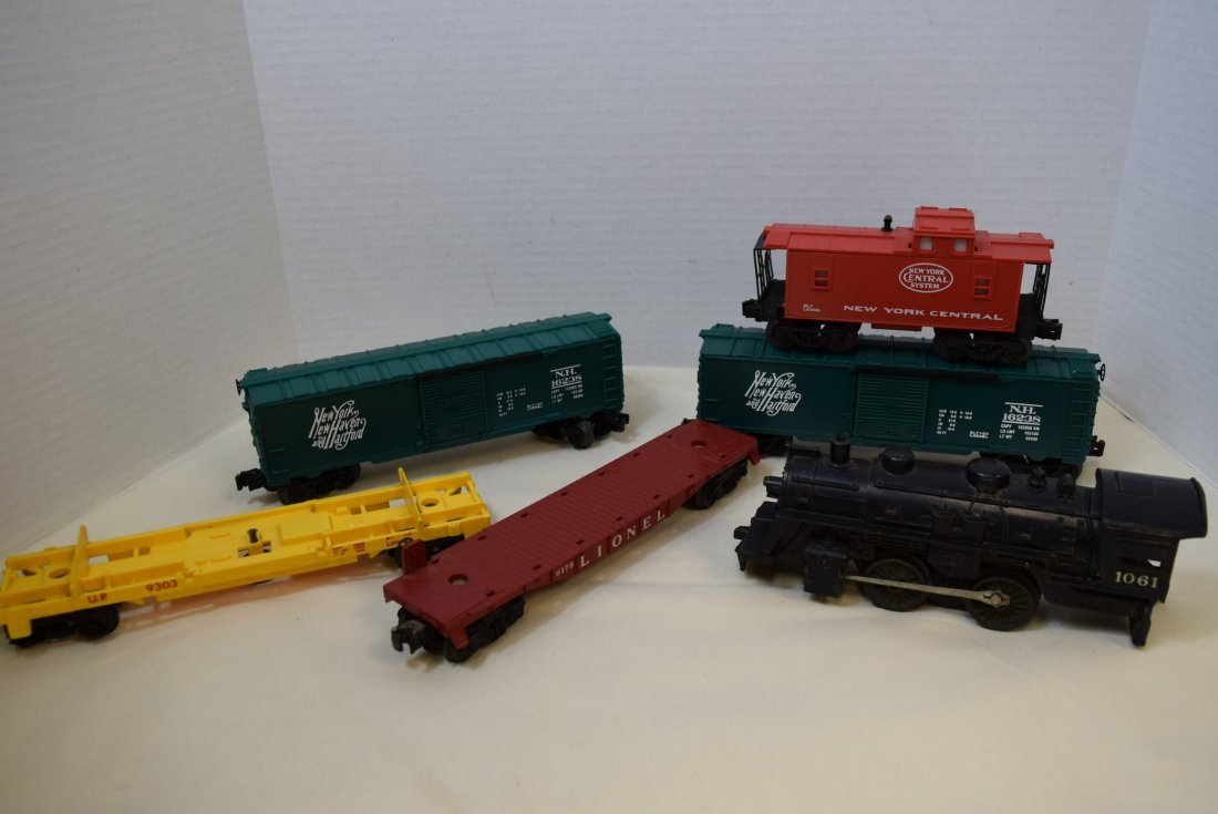 LIONEL LOCOMOTIVE & 5 TRAIN CARS