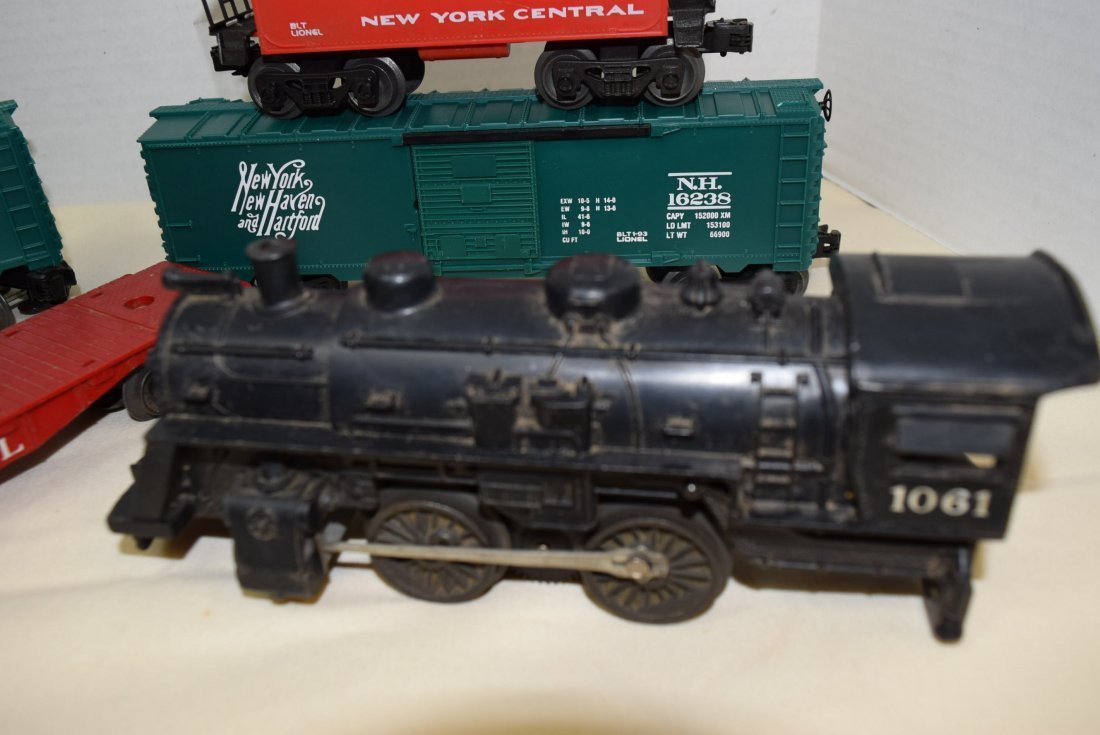LIONEL LOCOMOTIVE & 5 TRAIN CARS - 2