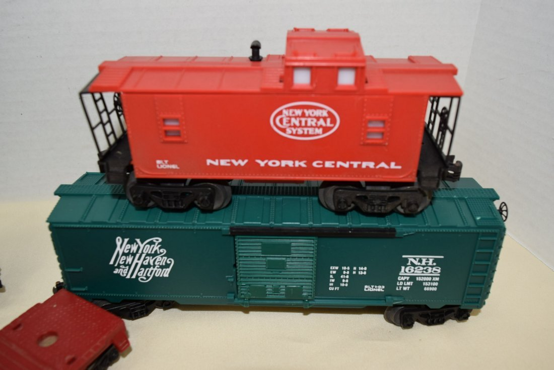 LIONEL LOCOMOTIVE & 5 TRAIN CARS - 3