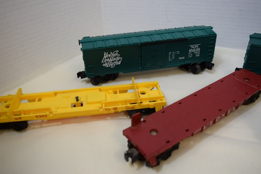 LIONEL LOCOMOTIVE & 5 TRAIN CARS - 4