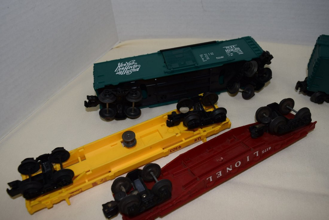LIONEL LOCOMOTIVE & 5 TRAIN CARS - 5