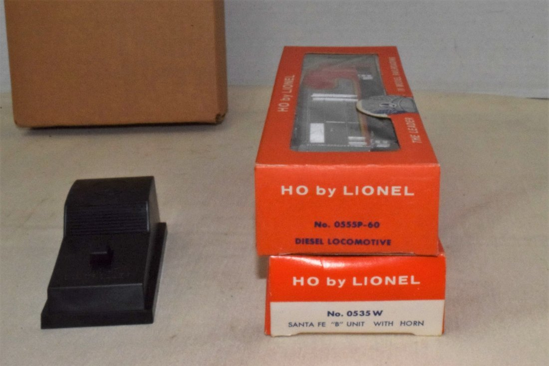 LIONEL HO TRAINS-0555P-60 LOCOMOTIVE & 0535W CAR F - 8