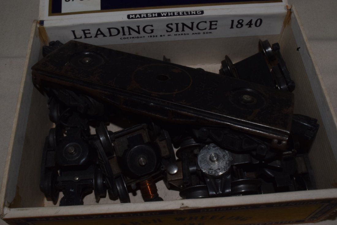 LIONEL 4 WHEEL TRUCKS WITH COUPLERS IN CIGAR BOX - 4