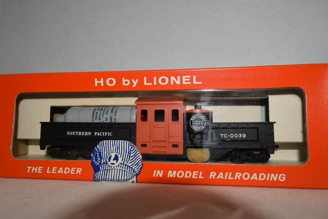 LIONEL HO SCALE TRAIN-MOTORIZED TRACK CLEANING CAR - 3