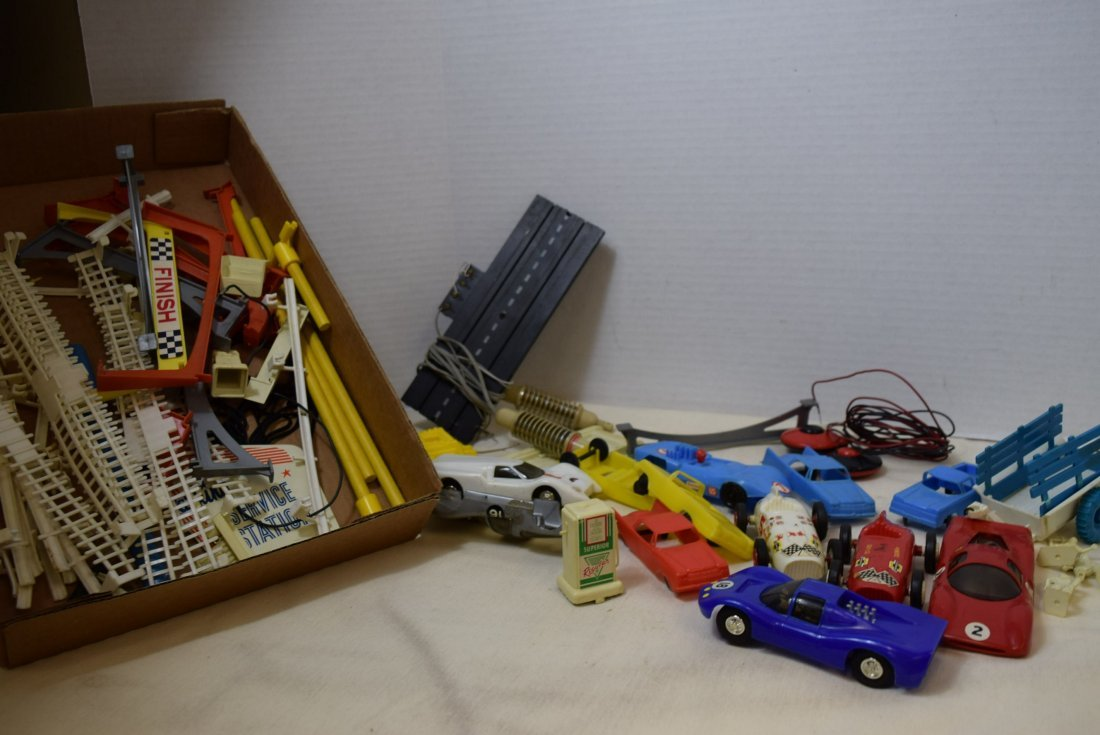 MIXED LOT OF SLOT CARS AND RACETRACK ACCESSORIES