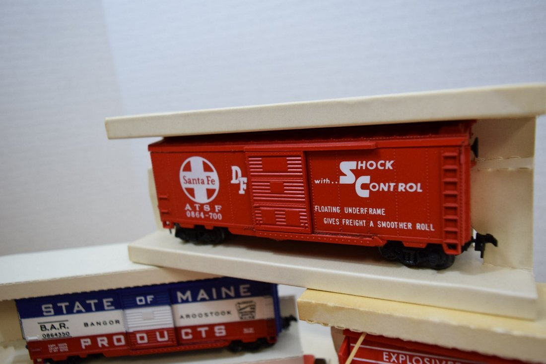 3 LIONEL HO SCALE TRAIN CARS-STATE OF MAINE BOXCAR - 2