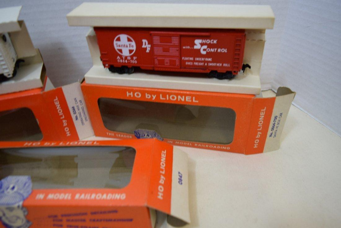 4 LIONEL HO SCALE TRAIN CARS- SANTA FE BOXCAR-OPER - 4