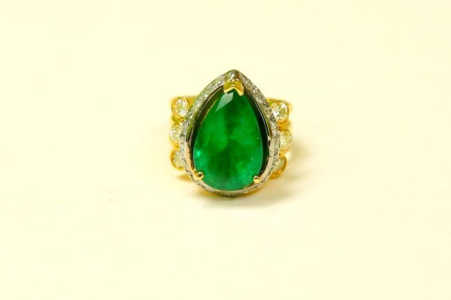 18k Yellow Gold, 8.5CT Colombian Emerald & Diamond Ring