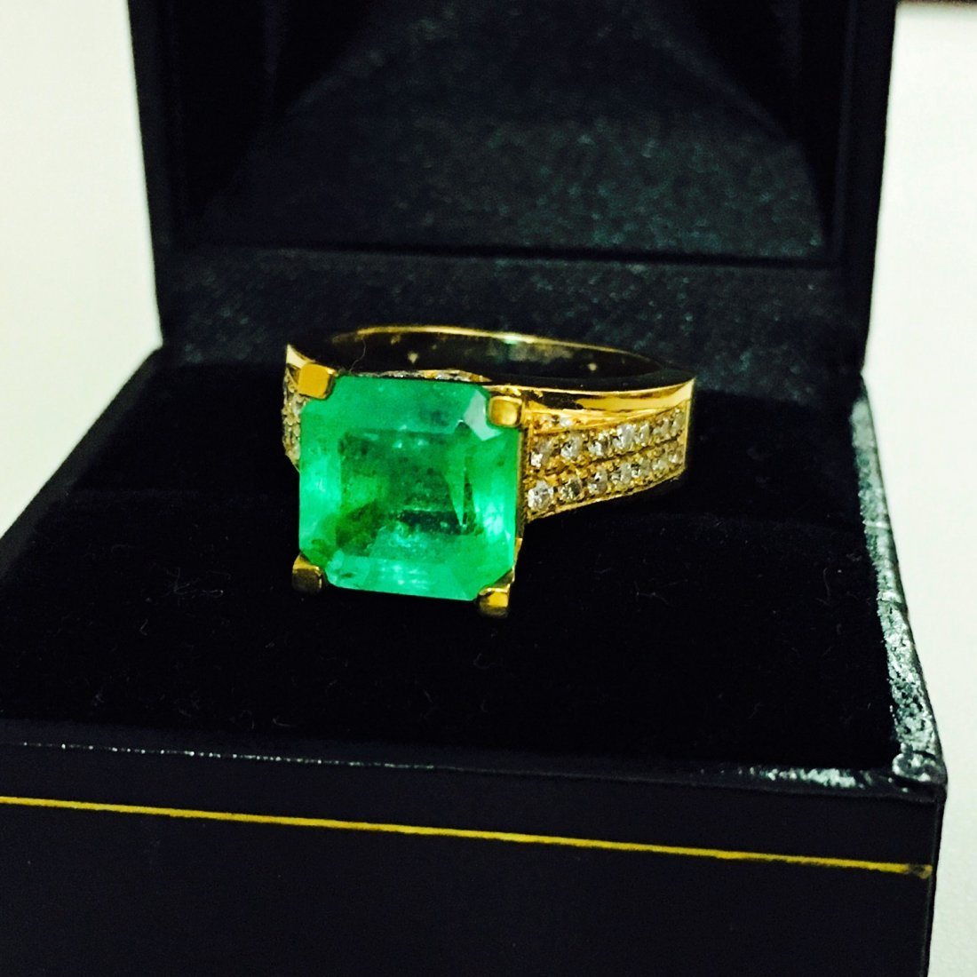 18k Gold Diamond And Colombian Emerald Ring