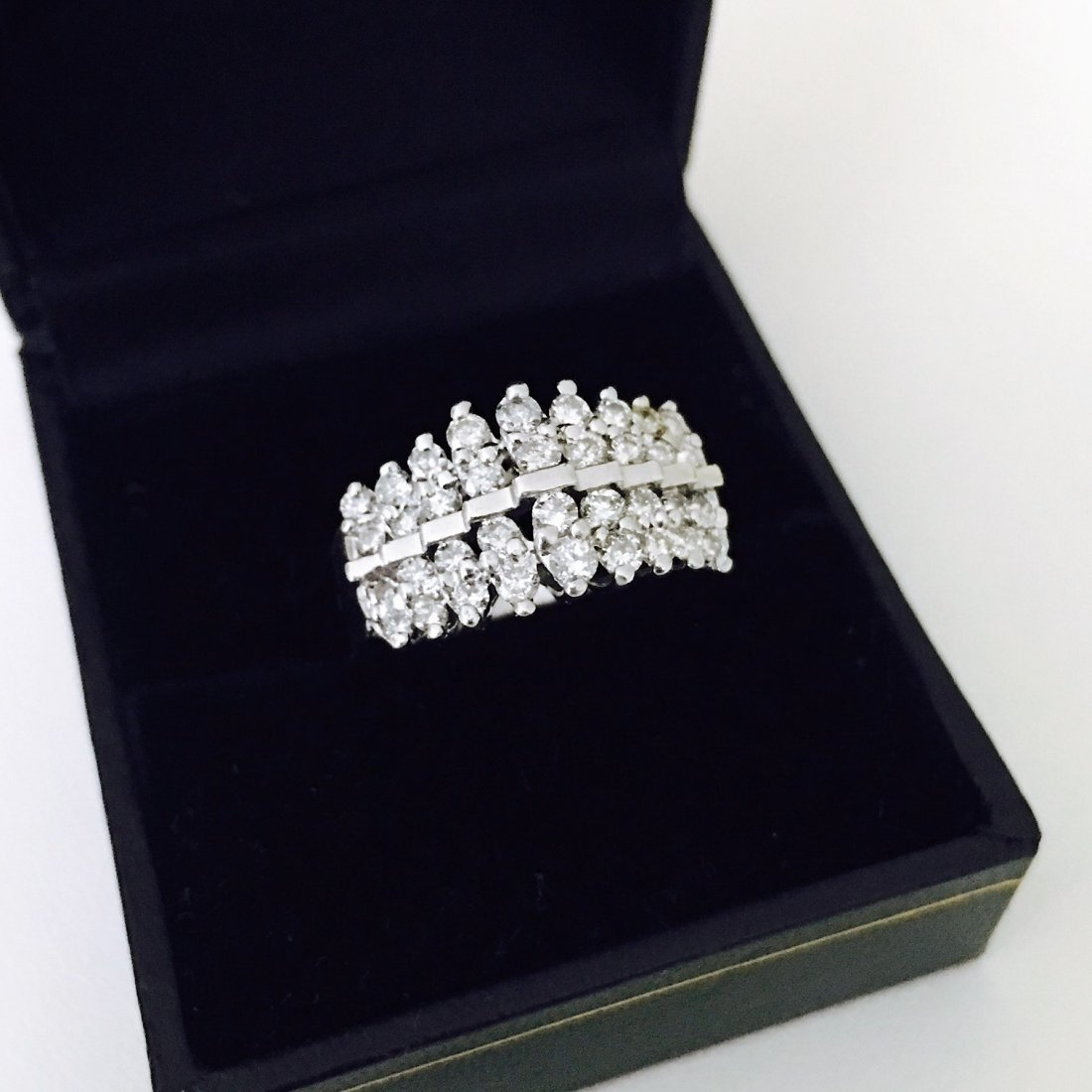 1CT DIAMOND AND 14K WHITE GOLD COCKTAIL RING.