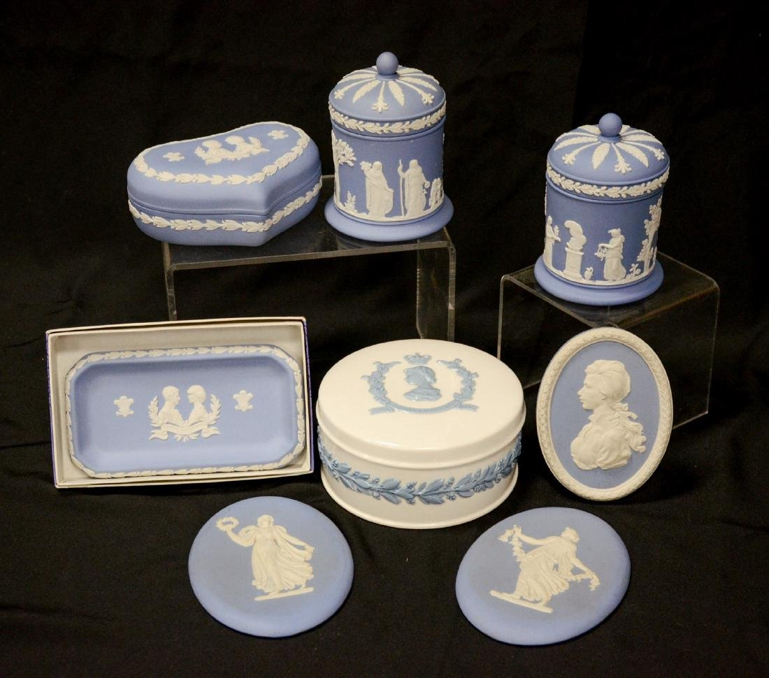 8 Pieces Wedgwood porcelain, including Queensware 1953
