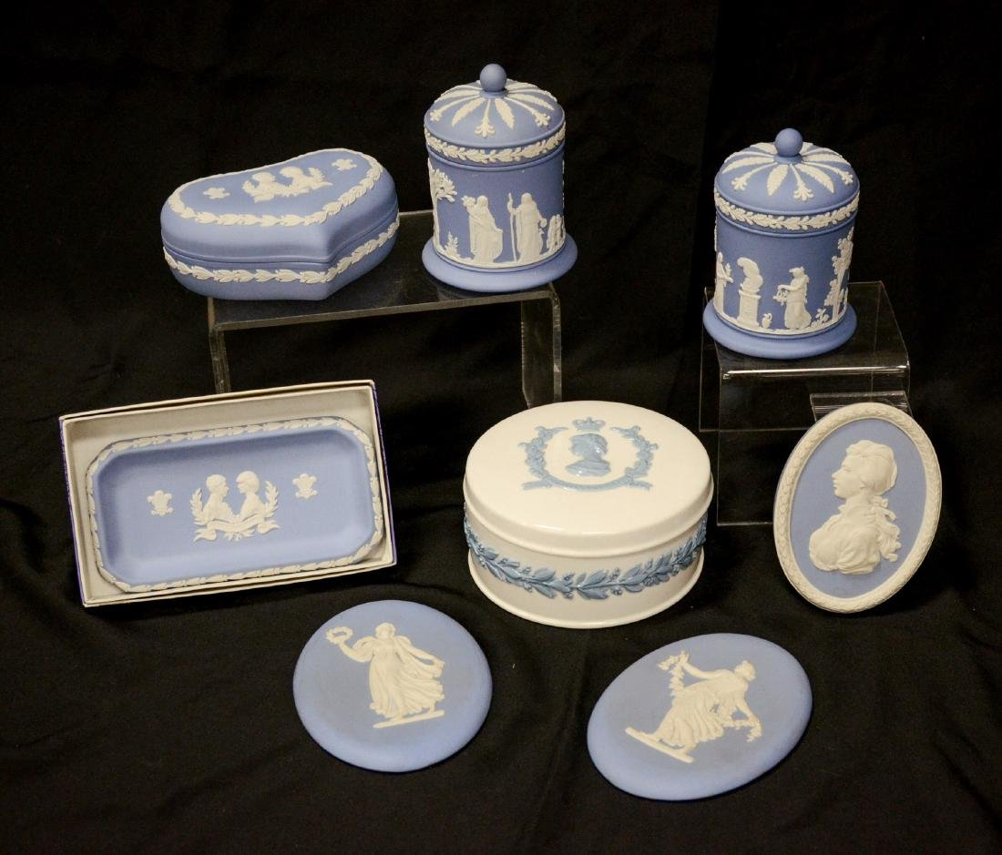 8 Pieces Wedgwood porcelain, including Queensware 1953 - 2