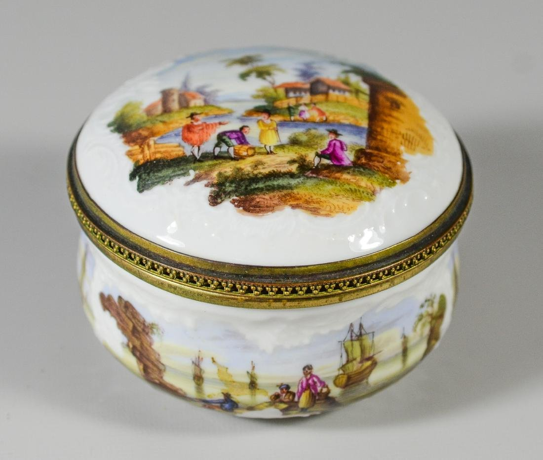 Continental painted porcelain table snuff box