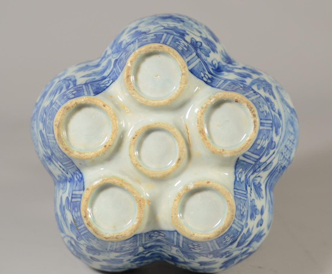 Two Chinese blue and white tulipier vases, 19th C - 20